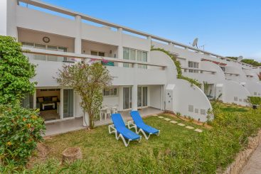 Exterior of apartment in Vale do lobo with 2 blue sun beds.