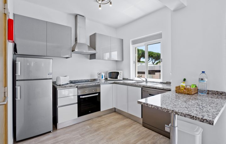 fully equipped kitchen with oven,stove,washing machine and fridge/freezer